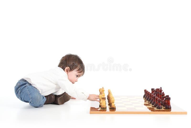 Behandla som ett barn det leka schacket fotografering för bildbyråer