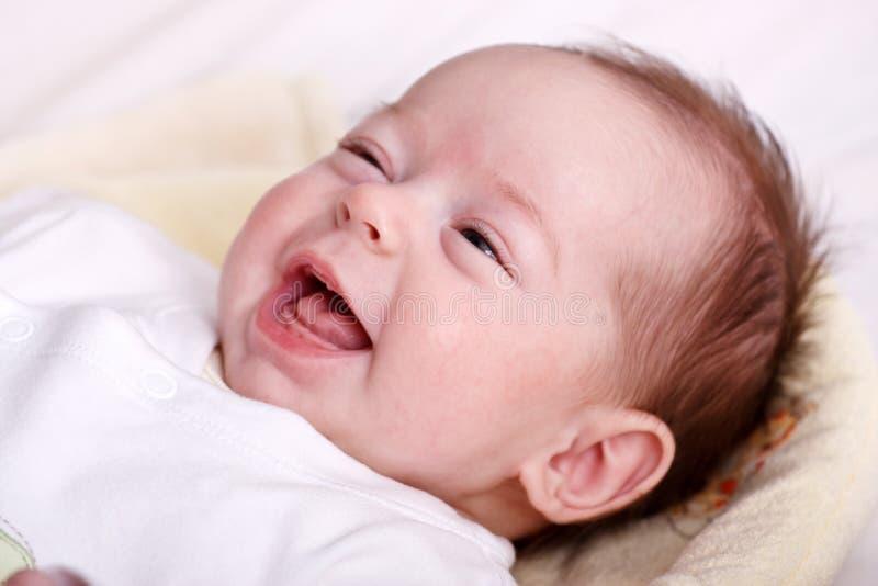 behandla som ett barn det tandlösa skratta leendet för flickan fotografering för bildbyråer