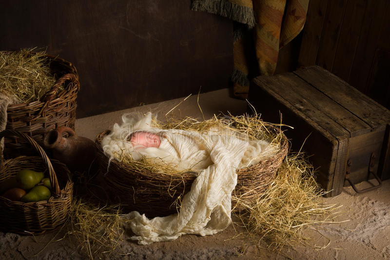 Behandla som ett barn - dockan i julkrubba royaltyfria foton
