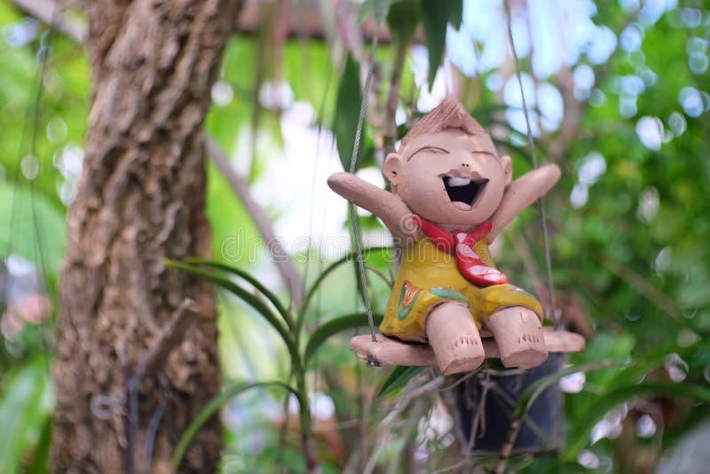 Behandla som ett barn dockor som göras från lera royaltyfri fotografi