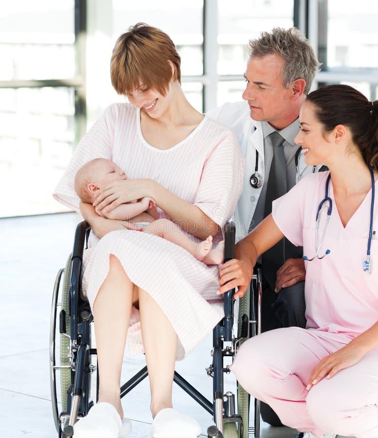 behandla som ett barn doktorer henne den nyfödda tålmodign arkivbilder