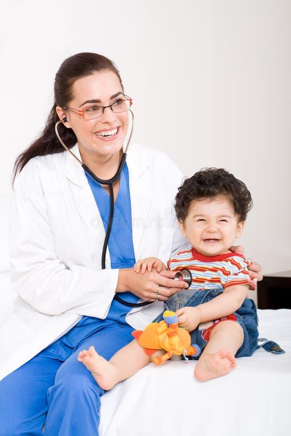 behandla som ett barn doktorn arkivbild