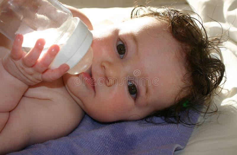 behandla som ett barn dricksvatten royaltyfri fotografi