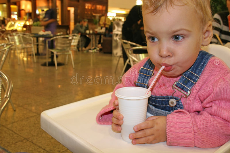 behandla som ett barn drinken royaltyfri fotografi