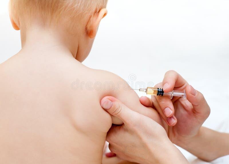 behandla som ett barn får injektionen little fotografering för bildbyråer