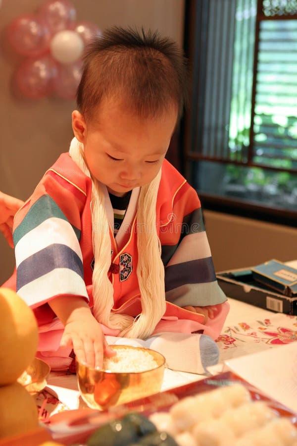 behandla som ett barn födelsedagen först hans korean arkivbild