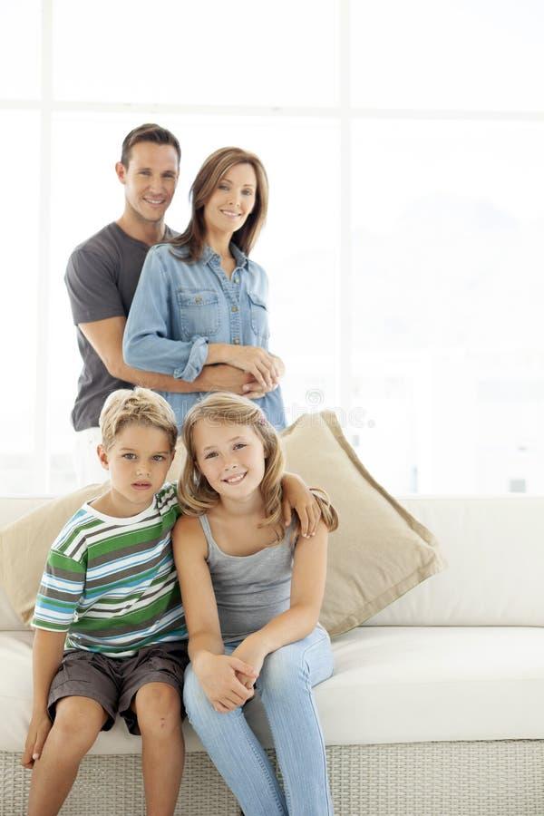 1 behandla som ett barn föräldrar för den lyckliga home modern för golvet för fadern för pojkebarnfamiljen som gammala leker ståe fotografering för bildbyråer