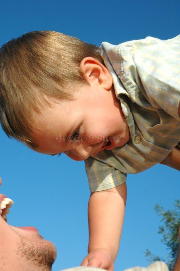 behandla som ett barn förälskelse arkivbilder