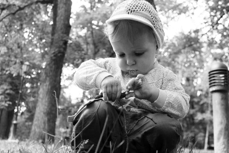 Behandla som ett barn för en gå royaltyfri foto