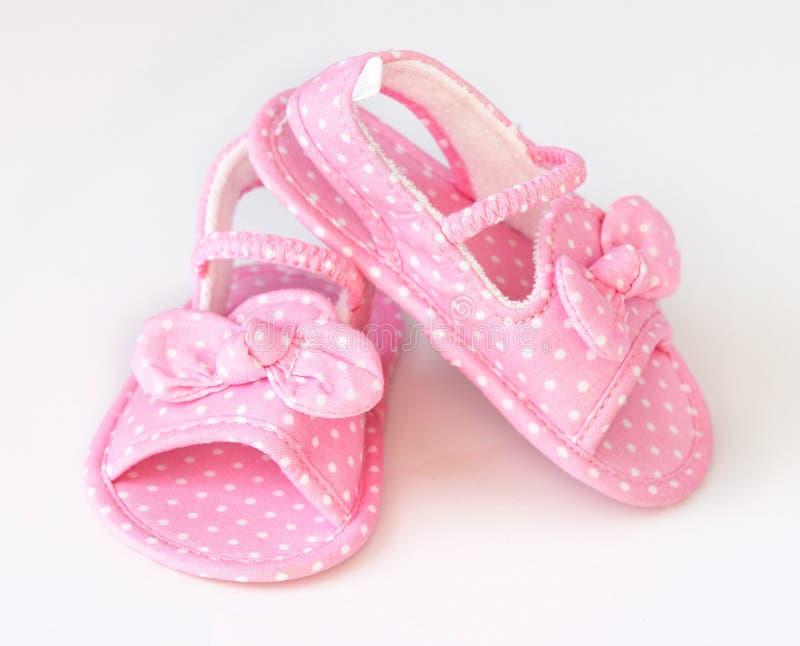 Behandla som ett barn för parsommar för flickan rosa begynnande skor royaltyfri fotografi