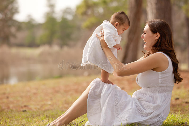 behandla som ett barn första modersonmoment fotografering för bildbyråer