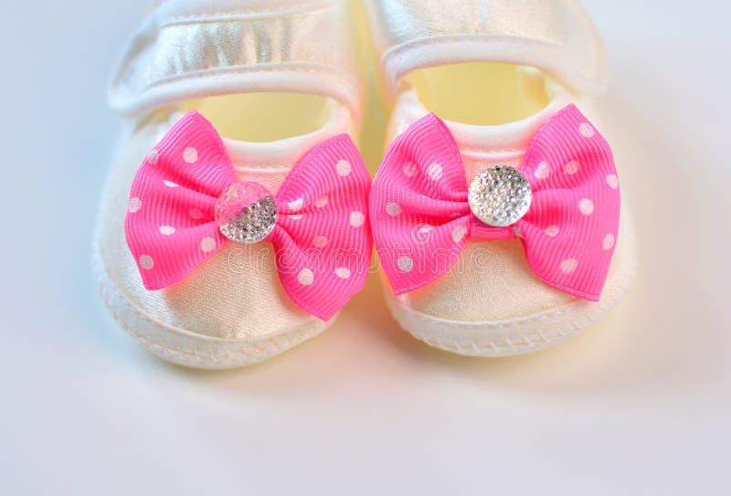 Behandla som ett barn första skodon för flickan startade royaltyfria foton