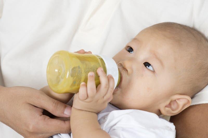behandla som ett barn fadermatning arkivbild