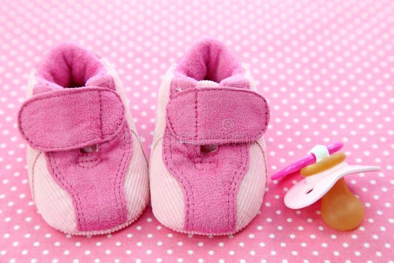 behandla som ett barn falska rosa skor arkivbilder