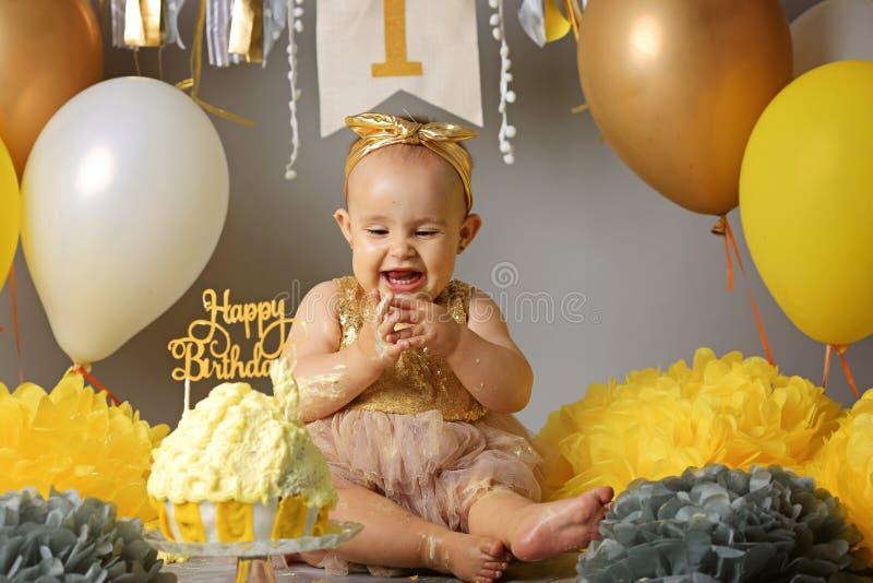 Behandla som ett barn firar hans första födelsedag runt om bollar och gåvor arkivfoto
