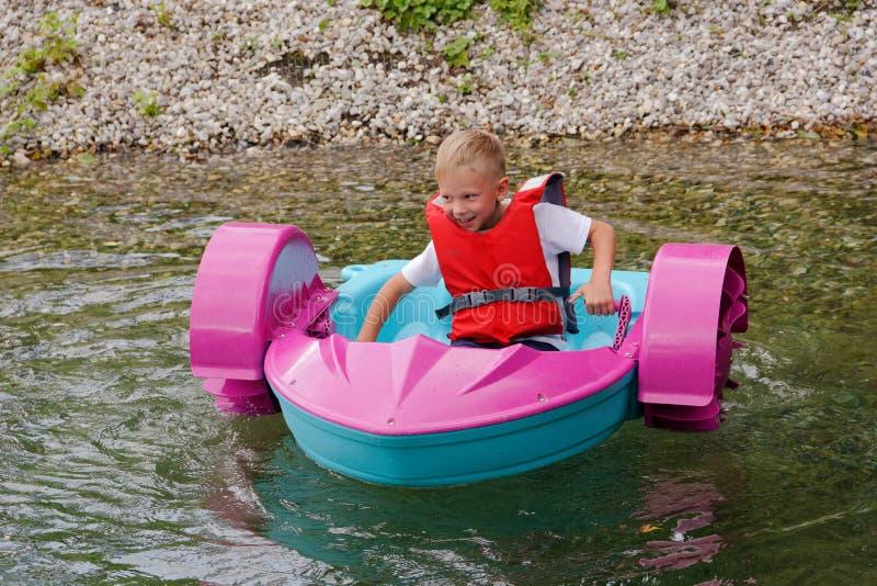 Behandla som ett barn flöten på en leksak behandla som ett barn fartyget attractor fotografering för bildbyråer