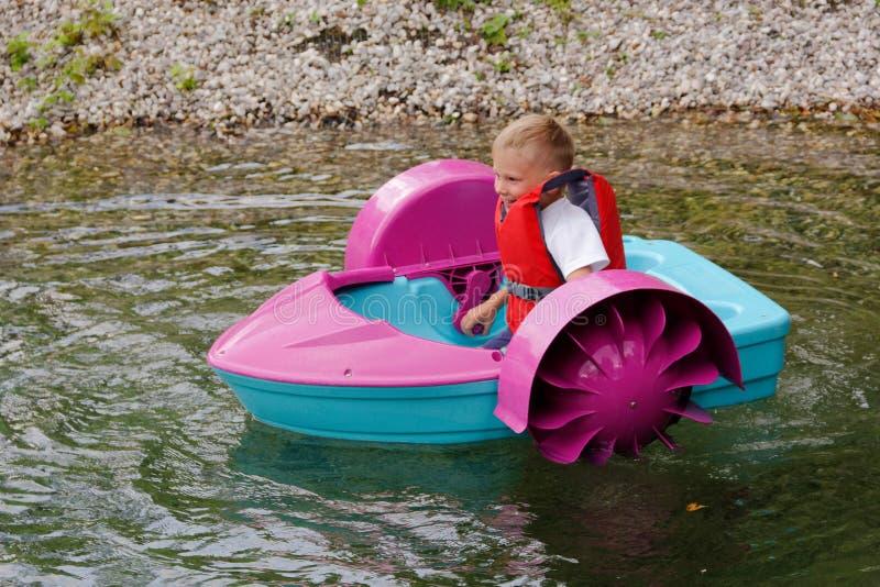 Behandla som ett barn flöten på en leksak behandla som ett barn fartyget attractor royaltyfri foto