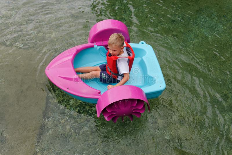 Behandla som ett barn flöten på en leksak behandla som ett barn fartyget attractor royaltyfri bild