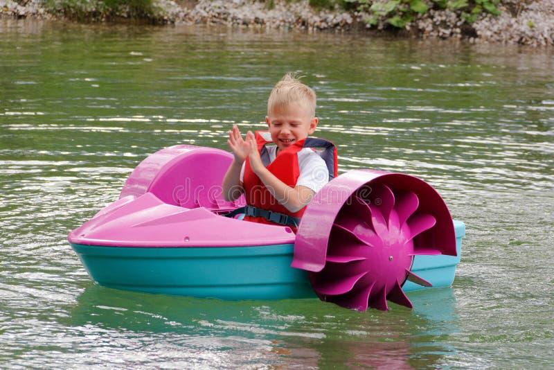 Behandla som ett barn flöten på en leksak behandla som ett barn fartyget attractor arkivfoton