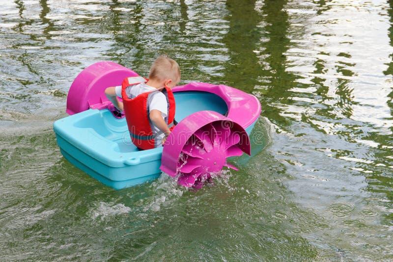 Behandla som ett barn flöten på en leksak behandla som ett barn fartyget attractor royaltyfria foton