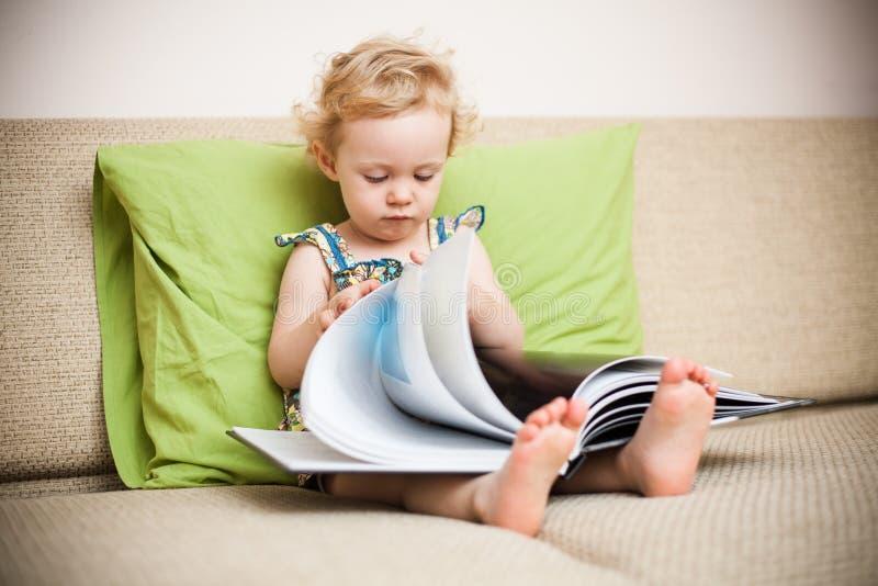 Behandla som ett barn flickaavläsning royaltyfri bild