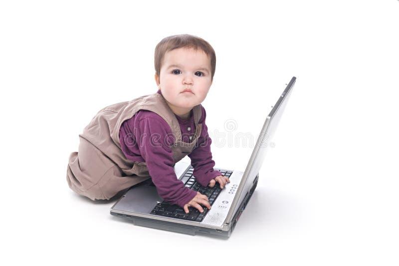 behandla som ett barn flickabärbar dator royaltyfria foton