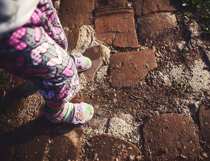 Behandla som ett barn flickaben på vägen fotografering för bildbyråer