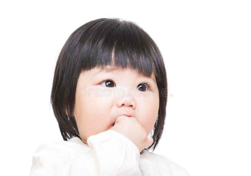 Behandla som ett barn flickabitfingret royaltyfri foto