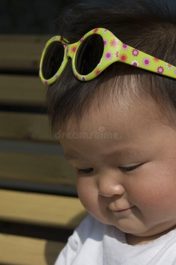 behandla som ett barn flickaexponeringsglas arkivfoto