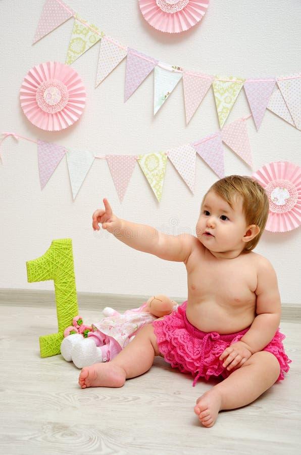 Behandla som ett barn flickafödelsedagen royaltyfria bilder