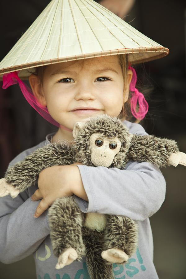 behandla som ett barn flickahatt s vietnam royaltyfria bilder