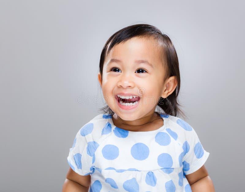 Behandla som ett barn flickaleendet royaltyfri fotografi