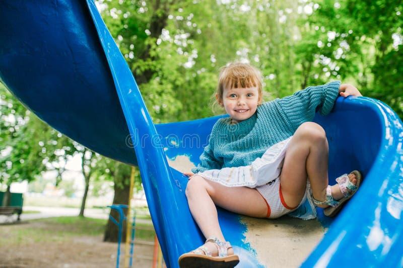 Behandla som ett barn flickalekar p? lekplatsen arkivbild