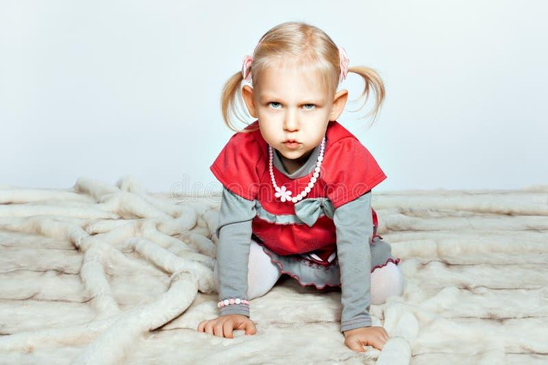 Behandla som ett barn flickan är på alla fours arkivfoto