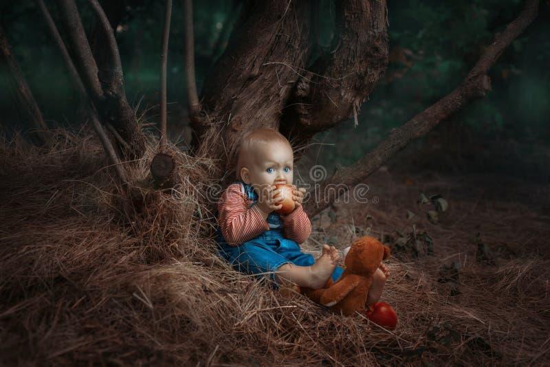 Behandla som ett barn flickan som äter ett äpple arkivbilder