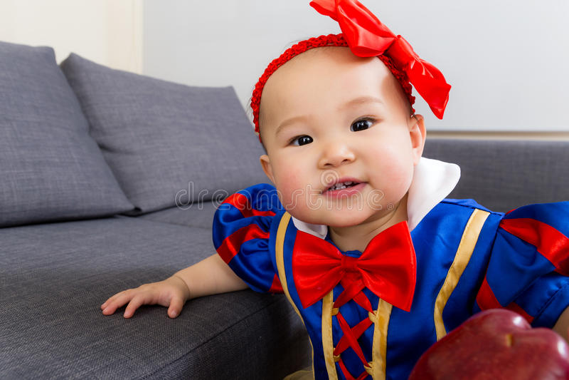 Behandla som ett barn flickan önskar äpplet royaltyfria foton