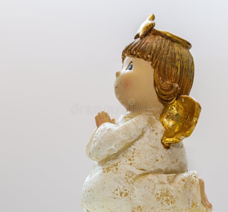 Behandla som ett barn flickan Angel On White Background 4 arkivfoto