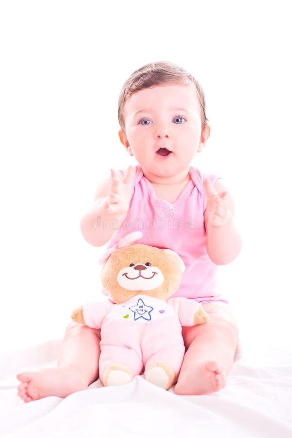 Behandla som ett barn flickan applåderar henne händer royaltyfria foton
