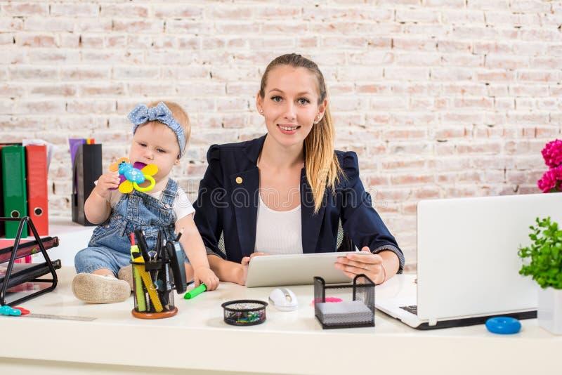 behandla som ett barn flickan för affärskvinnadatorframdelen henne den home horisontalbärbar datormomen som att leka shape upp si royaltyfri bild