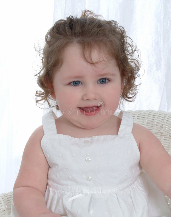 behandla som ett barn flickan för blåa ögon royaltyfri bild