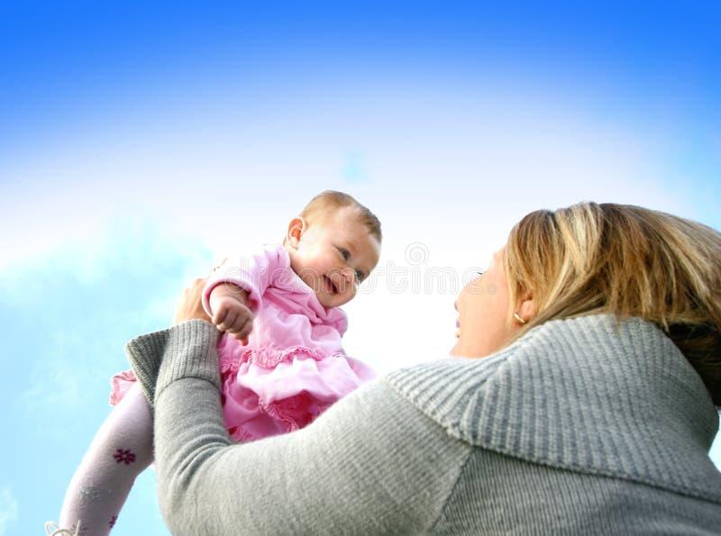 behandla som ett barn flickan henne att leka för mom arkivbilder