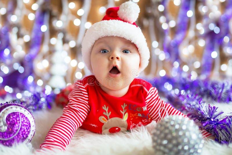 Behandla som ett barn flickan i den santa dräkten för jul royaltyfri bild