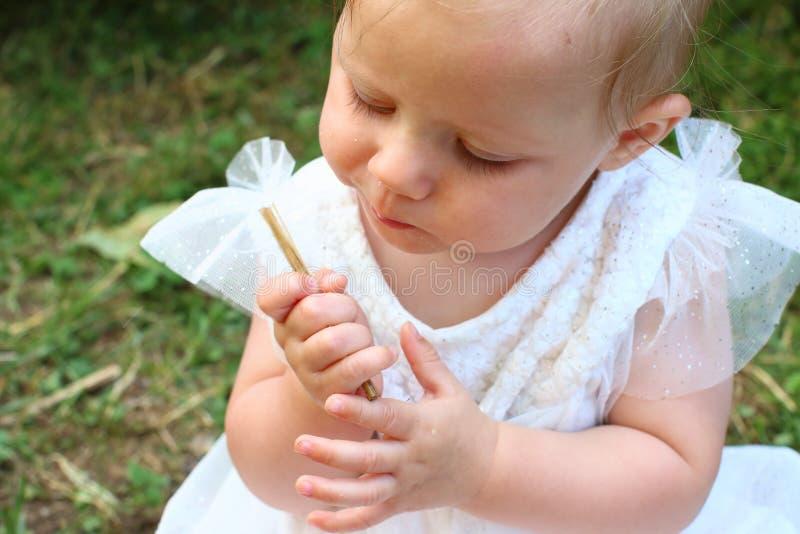 Behandla som ett barn flickan i den vita klänningen royaltyfri bild