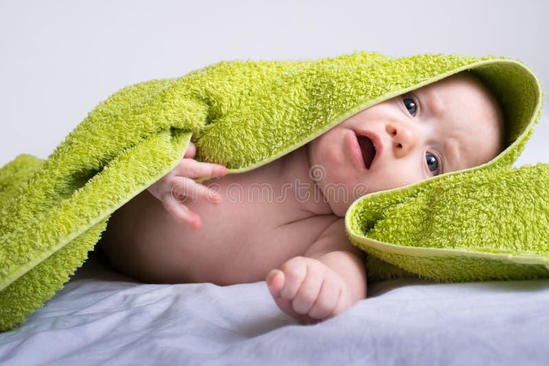 Behandla som ett barn flickan i en handduk 4 arkivbilder