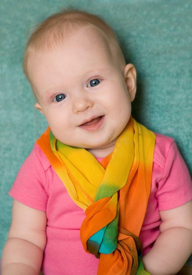 Behandla som ett barn flickan i en rosa t-skjorta på gräsplan royaltyfri bild