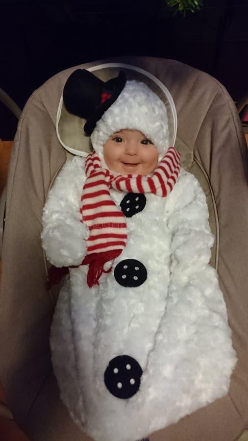 Behandla som ett barn flickan i frostigt snögubbedräkten royaltyfri bild