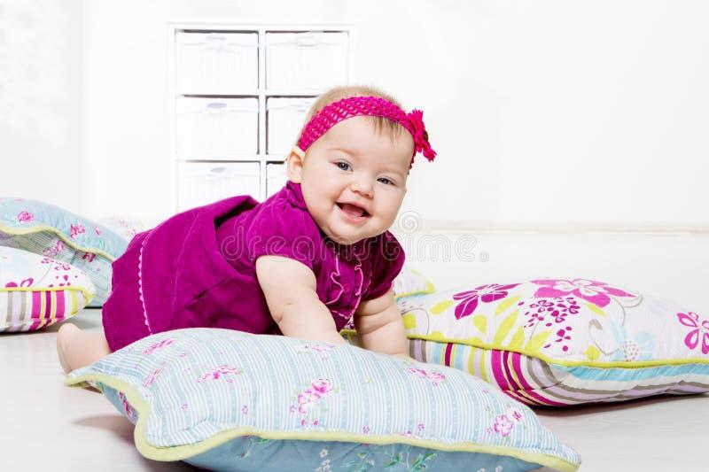 Behandla som ett barn flickan i klänning royaltyfri fotografi
