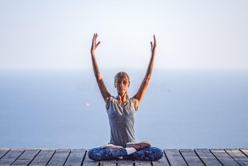 Behandla som ett barn flickan i Lotus poserar på bakgrunden av havet royaltyfri fotografi