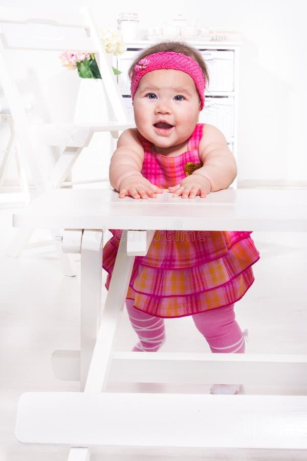 Behandla som ett barn flickan i rosa färg royaltyfri fotografi
