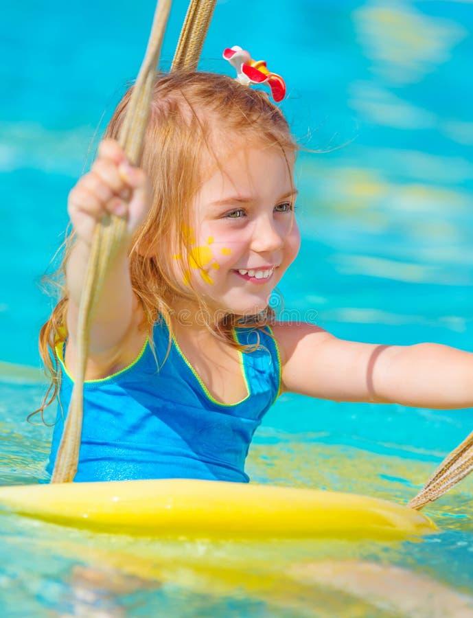 Behandla som ett barn flickan i vatten parkerar royaltyfri bild